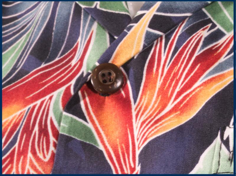Das Bild zeigt Rocketeers original Hawaiihemd Korben Dallas mit Detail auf die Kokosnussknöpfe