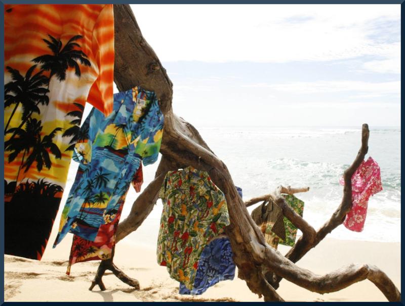 Das Bild zeigt Rocketeers original Hawaiihemden. Sie wehen im Wind an einem Strand auf Hawaii.