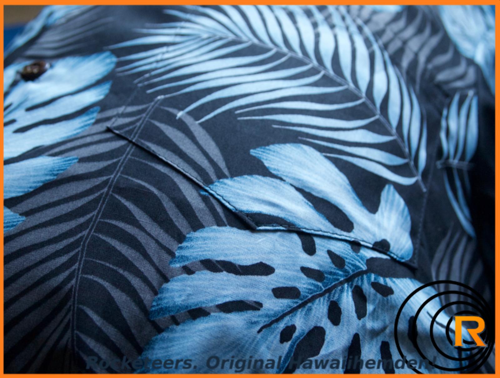 Das Bild zeigt original Hawaiihemd Blue Moon. Blau Schwarz Detail Kokosnussknöpfe.