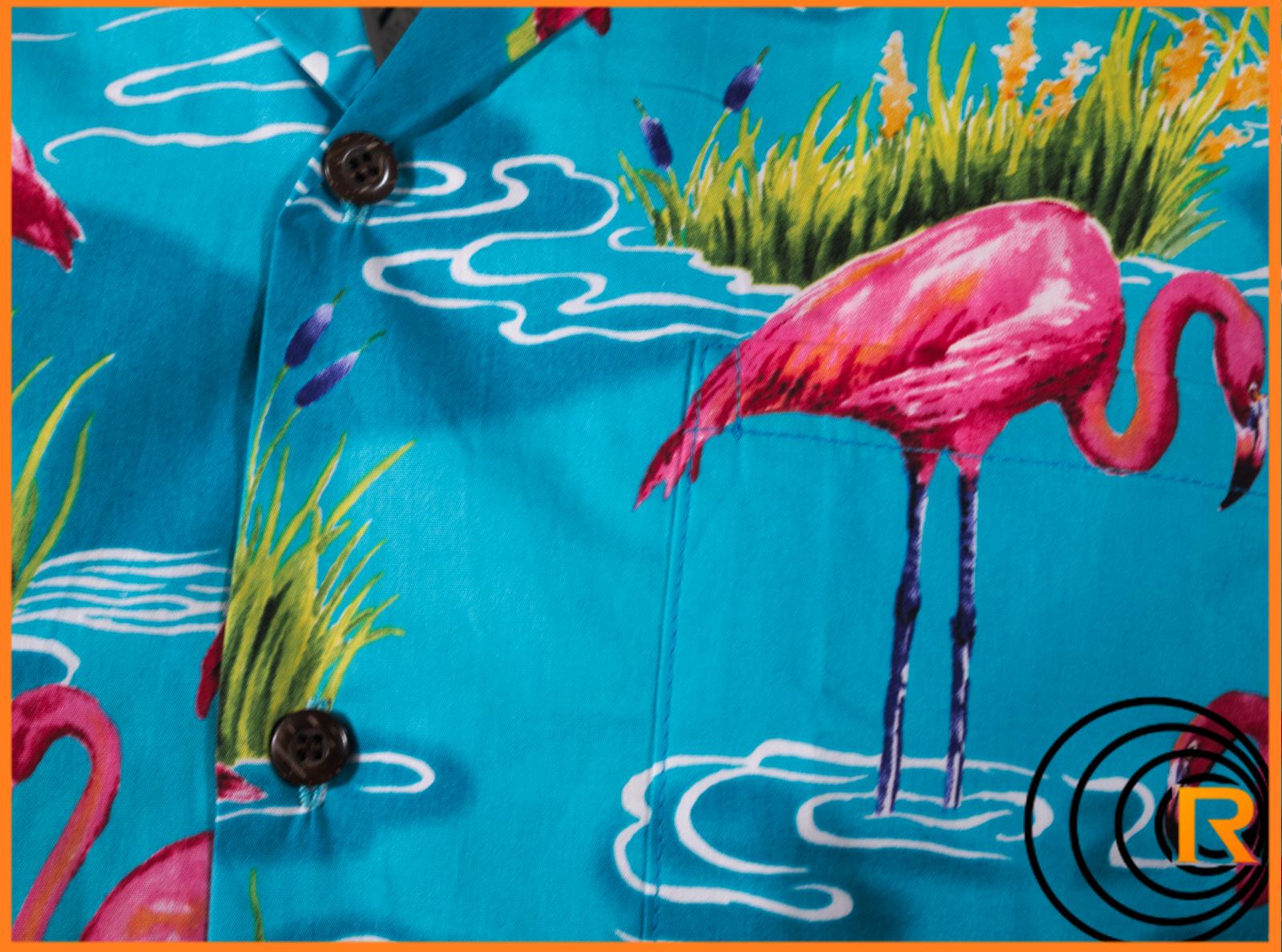 Das Bild zeigt Rocketeers original Hawaiihemd Bingo. Blau mit Flamingo. Detail Kokosnussknöpfe